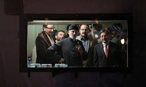 Qadri flanked by negotiators addresses supporters (Credit: guardian.co.uk)