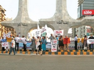 Citizens protesting VIP Culture in Clifton, Karachi (Credit: Athar Khan)