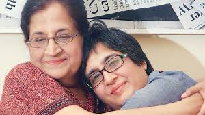 Sabeen with mother (Credit: nylive.nytimes.com)